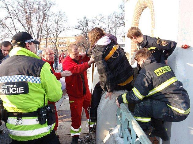 """Hasiči zachraňovali dívku u """"Hučáku"""", která skočila do vody."""