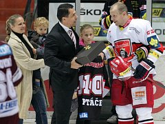 Hokejový obránce František Ptáček a ocenění u příležitosti 1100. zápasu v nejvyšší soutěži.