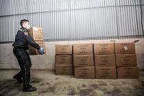 Dodávka 23 400 kusů respirátorů a roušek z čínské zásilky dorazila do Hradce Králové.