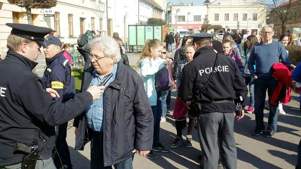 Bezpečnostní kontroly občanů na třebechovickém náměstí.