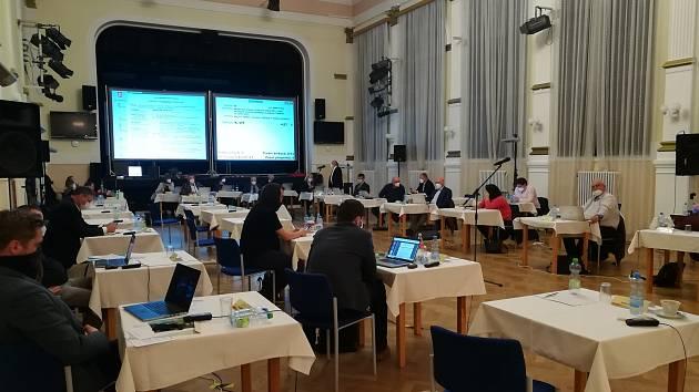 Poloprázdný sál po dubnovém demonstrativním odchodu třinácti zastupitelů. I tak vypadá koaliční krize v Salonu republiky