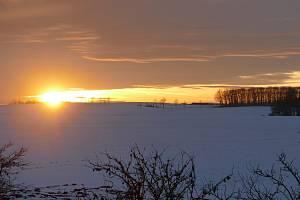 Zimní západ slunce v Želí u Hradce Králové.