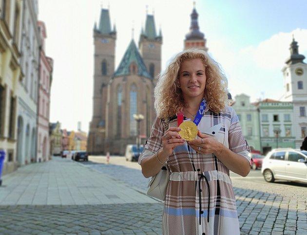 Tři roky po triumfu ve Fed Cupu se Kateřina Siniaková přijela do rodného Hradce pochlubit isolympijskou medailí.