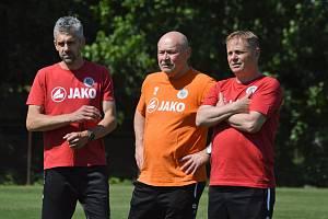 TRENÉRSKÝ DOHLED. Zleva Tomáš Poštulka (kouč brankářů), Miroslav Koubek (hlavní lodivod) a Stanislav Hejkal (asistent).