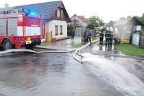 Ze zásahu hasičů na Hradecku v souvislosti s vydatným deštěm - obec Prasek.