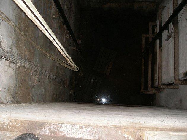 Žena spadla do výtahové šachty