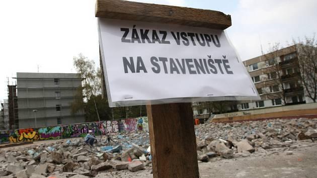 KONEC. Z brouzdaliště v ulici Pod Zámečkem jsou trosky. Specializovaná firma zařízení následně přestaví v mlhoviště.