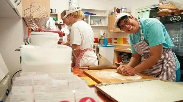 Postižení pekaři získají novou klimatizaci.