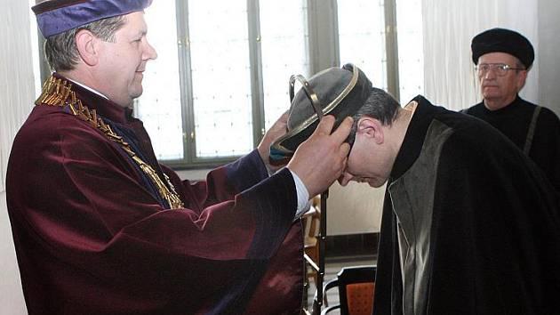 Zvolený a jmenovaný děkan Filozofické fakulty UHK Petr Grulich převzal z rukou rektora insignie úřadu, pondělí 26. dubna 2010.