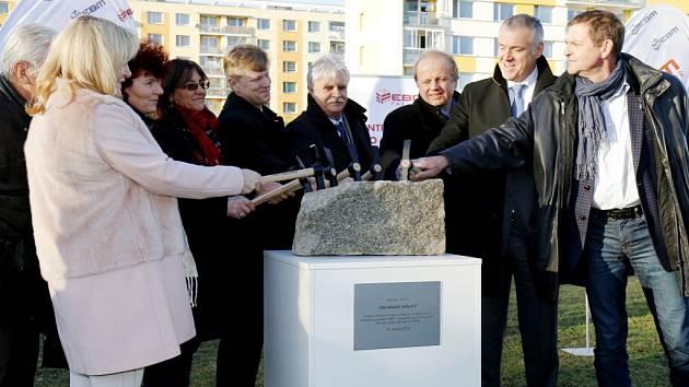 Poklepání na základní kámen stavby Domova pro seniory v Hradci Králové.