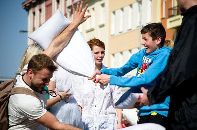 Masarykovo náměstí bylo v sobotu svědkem druhého ročníku hromadné polštářové bitvy
