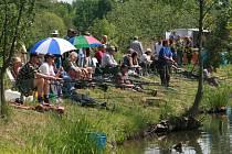 Rybářské závody. Pravidlo závodního řádu ukládalo, že se ulovené ryby musí vždy šetrně vrátit do vody.