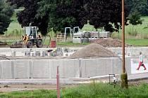 Stavební práce na chlumeckém koupališti jsou v plném proudu.