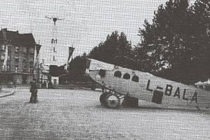 Historie hradeckého letiště: výstava před muzeem v roce 1926.