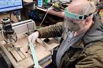 Truhlář Jan Kašpar vyměnil dřevo za umělou hmotu a vyrábí štíty pro zdravotníky.