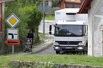 Rekonstrukce průtahu městem a vozovky mezi Nechanicemi a Lubnem na hlavním hradecko–bydžovském silničním tahu zhoršila dopravní situaci v některých okolních obcích. Objížďky k nim nahnaly auta.