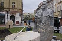 Technické služby umístili sochu starosty Ulricha na náměstí Svobody 6. listopadu 2010.