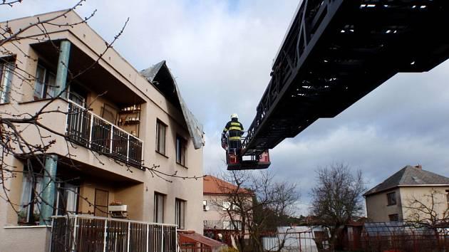 Silným větrem poškozená střecha rodinného domu v hradecké městské části Březhrad.