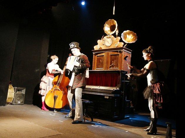 Představení A do třetice všeho... v královéhradeckém Divadle Drak.