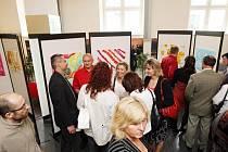 Obrazy, které namalovaly děti z Dětského domova v Nechanicích, přilákaly v úterý večer do sídla Filharmonie Hradec Králové desítky zájemců.