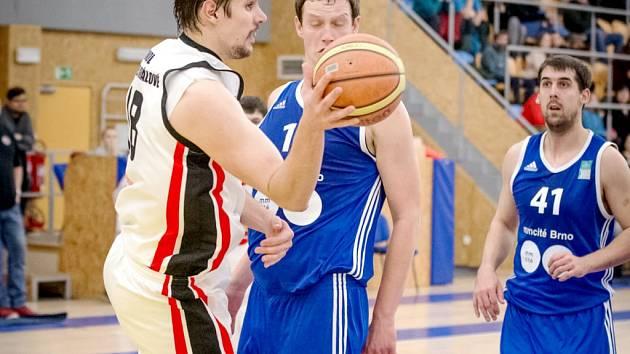 Královéhradecký basketbalista Peter Majerík (ve světlém) v akci.
