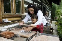 Den otevřených ateliérů v keramické, řezbářské a výtvarné dílně rodiny Markových v Polánkách nad Dědinou.