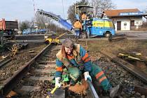Oprava železničního přejezdu v Pouchově v Hradci Králové.