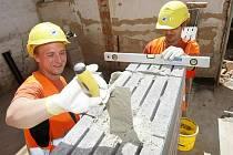 Stavba střediska pro vzdělávání automechaniků začala zemními pracemi a rekonstrukcí ve vrchním patře.