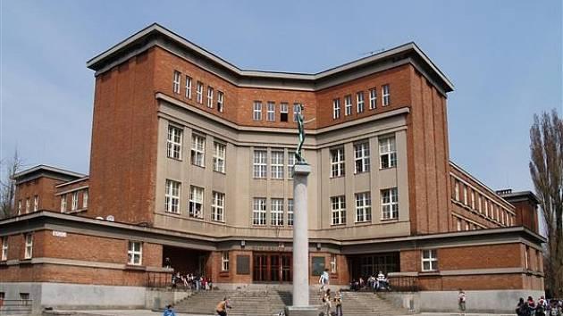 Budova gymnázia J. K. Tyla v Hradci Králové.