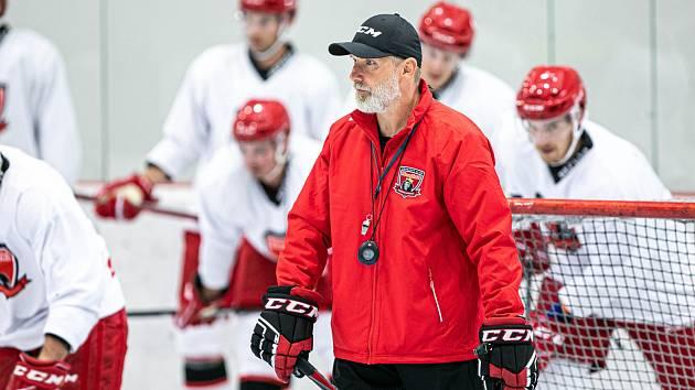 STARONOVÝ TRENÉR. Tomáš Martinec včera vedl hokejisty Hradce Králové při prvním tréninku na ledě.
