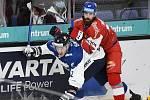 Finsko - ČR - Hokejové utkání turnaje Karjala v Helsinkách, které se hrálo 7. listopadu 2020, zprava Filip Hronek z ČR a Aleksi Saarela z Finska.