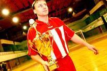SPOKOJENÝ KAPITÁN. Pavel Král z Hradeckého deníku převzal pohár pro vítěze 16. ročníku Texim těsnění Cupu 2007. Jeho mužstvo prokázalo v turnaji psychickou odolnost, když dvakrát uspělo až v penaltové loterii.