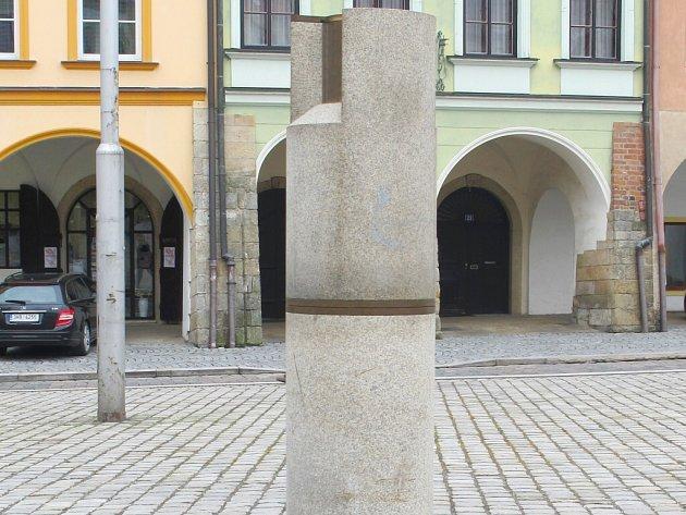 Válcová socha slunečních hodin na královéhradeckém Malém náměstí.