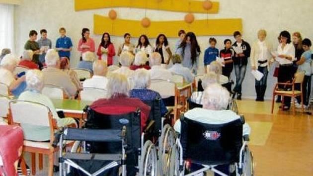 V domově důchodců na Novém Hradci Králové vystoupily děti ze speciálních škol s pěveckým a recitačním pásmem.