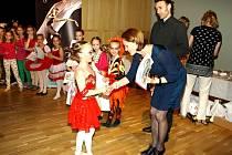 Osmiletá Nicol Kašíková přijímá gratulace a ceny za vítězství v nejmladší sólové kategorii, kde uspěla s choreografií Diana.