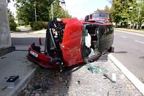 Náraz otočil osobní auto na bok, doprava vázla.