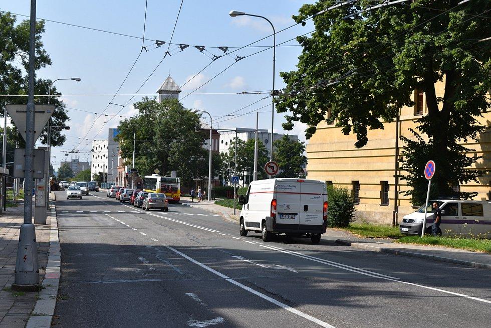 Bezpečnost přechodu na dopravním uzlu by měly brzy zvýšit ostrůvky.