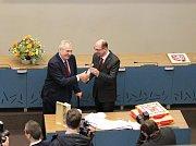 Prezident Miloš Zeman přebírá dary z rukou hejtmana Jiřího Štěpána (ČSSD)