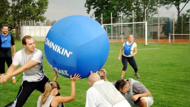Kin-ball - nová zábavná hra s velkým míčem.