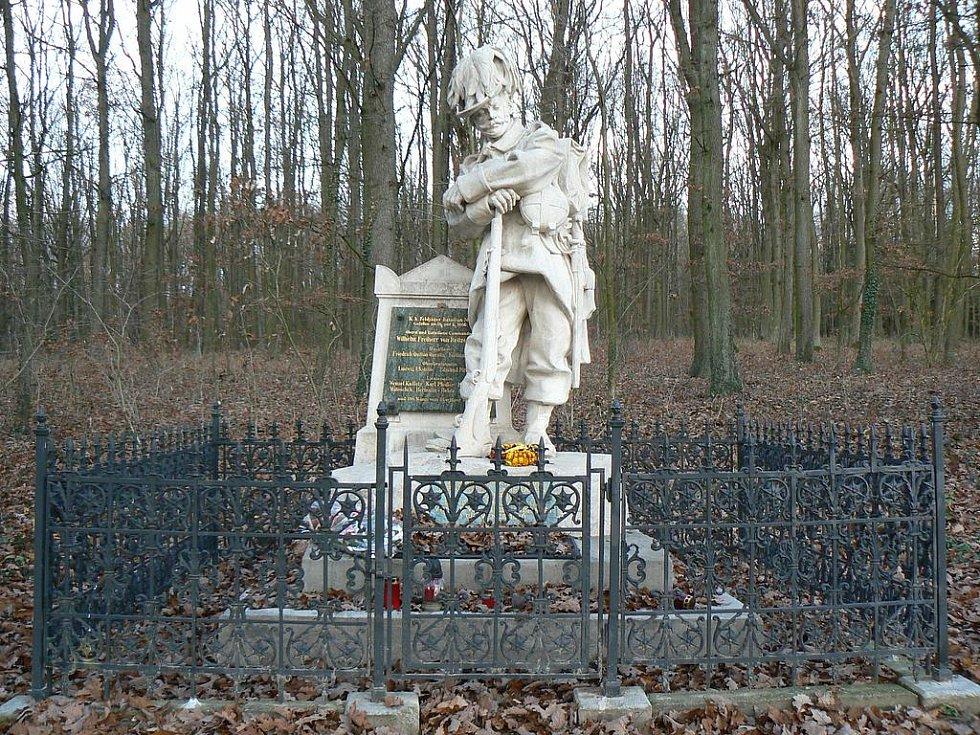Socha myslivce u lesa Svíb, kde se odehrála převážná část bitvy v roce 1866.