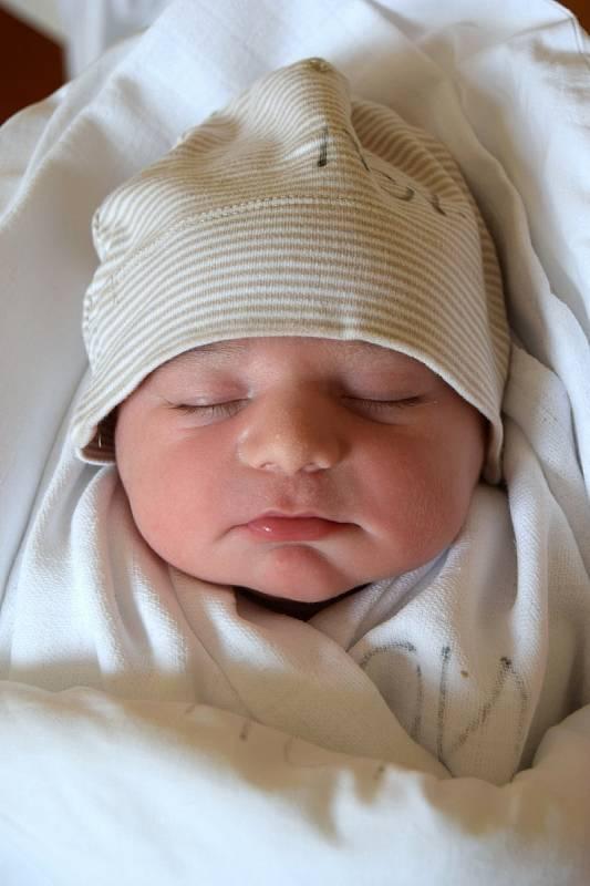 DAVID UČENÝ se narodil 21. července s váhou 3 880 g a mírou 54 cm. Maminka Jasmína a tatínek Daniel Učený pochází ze Semil. Na miminko se těšili i sourozenci Julie 4 roky a Martin 2 roky.