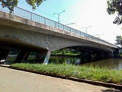 Most U Soutoku se bude opravovat od května do konce června. Poté se silničáři přesunou na křižovatku Na Kotli. V červnu začnou přípravné práce, hlavní část oprav přijde v létě. Hotovo bude až v listopadu.