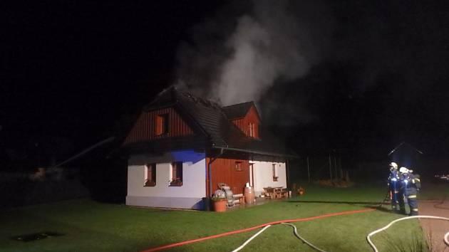 Blesk zapálil roubenku, napáchal škodu za milion korun.