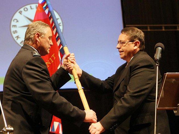 Slavnostní předání praporu nově vzniklému Krajskému ředitelství policie Královéhradeckého kraje v Aldisu 12. ledna 2010.