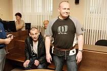 Drogoví dealeři u Krajského soudu v Hradci Králové vyslechli odsuzující rozsudek. Robert Domin (vlevo) se na místě odvolal. Karel Mrnka si po poradě se svým obhájcem ponechal lhůtu.