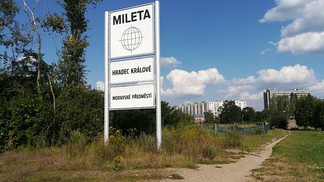 Bagry u Milety v Hradci Králové před třemi lety jen koply do země a zase odjely. V současnosti je v lokalitě budoucího supermarketu jen prázdná plocha.