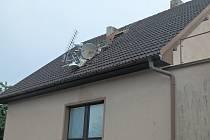 Ve Smidarech, části Chotělice, hrozil pád utrženého komína ze střechy domu.