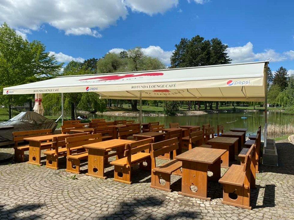 Nádherná zahrádka restaurace Rotunda v krásném prostředí Šimkových sadů.
