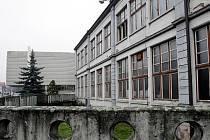 Továrna Vertex se už pomalu rozebírá (leden 2011).