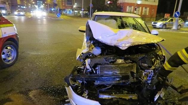 Střet dvou osobních vozidel v centru Hradce Králové.
